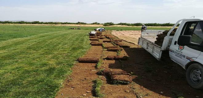 Büyükşehir ihtiyaç duyduğu çimi kurduğu tesiste üretiyor